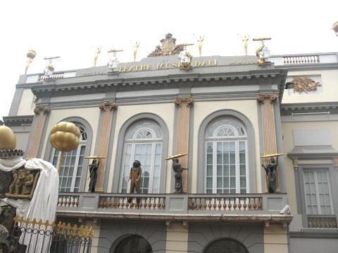 Главный вход в театр-музей Сальвадора Дали в Фигейросе