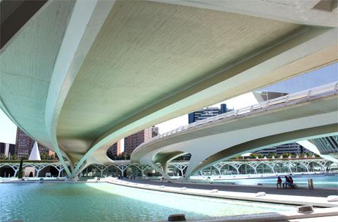 Футуристический мост через русло реки Турия в городе наук и искусств