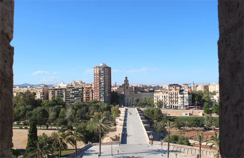 Вид на русло реки Турия из бойницы крепостных ворот Torres de Serranos